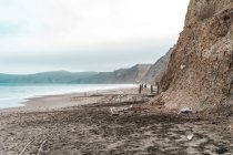 Blick auf Sandstrand und Meer an bewölkten Tag — Stockfoto