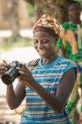 Бенин, Африка - 31 августа 2017 года: Улыбающаяся этническая африканка с камерой — стоковое фото