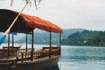 Barche ormeggiate vuote con baldacchino di stoffa sul lago sul paesaggio delle montagne — Foto stock