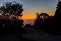 Crépuscule idyllique vu de la route de campagne — Photo de stock