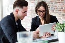 Retratos de gente de negocios usando la tableta en oficina moderna - foto de stock