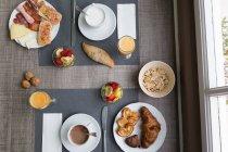 Par le dessus de table avec de la nourriture petit déjeuner différent — Photo de stock
