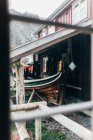 Вид з вікна старих пошарпаний човен стоячи під дахом besider Ед будинок — стокове фото