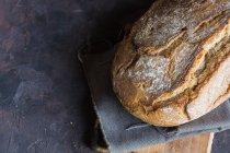 Hausgemachtes Brot auf dem Tisch rustikal. — Stockfoto