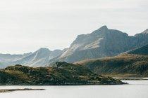 Paisagem do lago e montanhas enevoadas — Fotografia de Stock