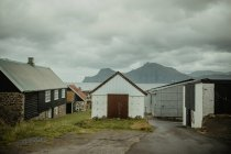 Vue de face des façades de maisons rurales dans village côtier — Photo de stock