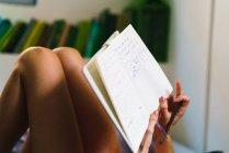 Bild der Frau in Notepad schreiben zuschneiden — Stockfoto