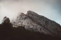 Pittoresca veduta della montagna sulla nuvola nebbiosa — Foto stock