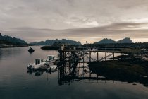 Barche ormeggiate vicino al molo sul lago di montagna nelle giornate nuvolose . — Foto stock