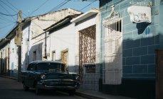 Куби - 27 серпня, 2016:Retro автомобіль припаркований на порожній село вулиці в сонячний день. — стокове фото