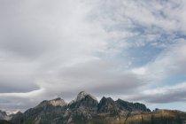 Живописный вид на высокие горы в облачный день . — стоковое фото