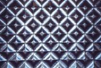 Dunkle geometrische Muster, bestehend aus quadratischen Platten — Stockfoto