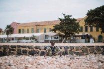 Goree, Senegal-6. Dezember 2017: Porträt der Bettler sitzen im Straßenbild — Stockfoto