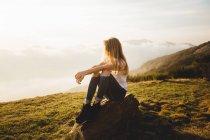 Молода жінка, постановка на камінь — стокове фото