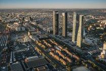 Пташиного польоту міста будівель і хмарочосів сонячний день — стокове фото