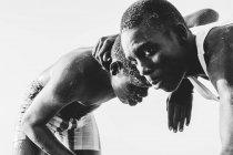 Yoff, Sénégal - 6 décembre 2017: Portrait d'hommes noirs luttant joyeusement — Photo de stock