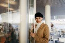 Mulher bonita sonhando perto da entrada do café — Fotografia de Stock