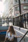 Брюнетка Жінка вигулює нагорі з підпілля, на вулиці сцени — стокове фото