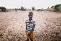 Goree, Сенегалу-6 грудня 2017: Портрет усміхнений хлопчик на родовищі — стокове фото