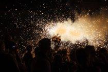 Люди на фестивале фейерверков в ночь, Каталония, Испания — стоковое фото