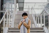 Ritratto di donna pensierosa in posa sullo sfondo della scala — Foto stock