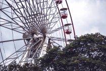 Vue à angle bas de la grande roue ferris rouge sur le ciel bleu — Photo de stock