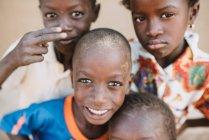 Goree, Senegal-6. Dezember 2017: Porträt des Lächelns schwarze Kinder Blick in die Kamera mit verschiedenen Emotionen — Stockfoto