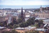 Едінбург, Шотландія - 28 серпня 2017: мальовничими Единбурзі міський пейзаж з чортове колесо над морської на тлі — стокове фото