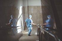Rückansicht des Mannes in uniform hinunter Treppe im Krankenhaus Arzt — Stockfoto