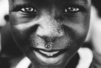 Dell'isola di Gorée, Senegal-6 dicembre 2017: Vista del ritratto del ragazzo africano e che guarda l'obbiettivo da vicino — Foto stock