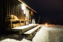Außenseite des Holzchalet im Winterwald — Stockfoto