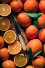 Still life di coltello rurale e arance a bordo — Foto stock