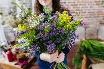 Ernte Famale Holding großen Blumenstrauß — Stockfoto