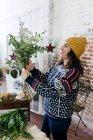 Вид збоку жіночий флорист, складання букета — стокове фото