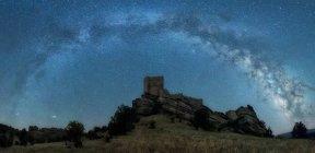 Blick auf die auf einem Hügel erbaute Burg unter klarem Sternenhimmel. — Stockfoto