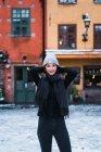 Vista frontal da jovem posando na rua no inverno — Fotografia de Stock