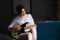 Ritratto di donna seduta in carrozza e che suona la chitarra — Foto stock