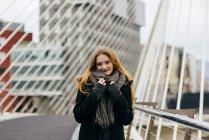 Stilvolle blonde Frau posiert auf städtische Brücke — Stockfoto