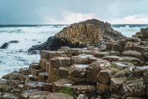 Мальовничий вид на кам'яних утворень на березі океану, на Похмурий день — стокове фото