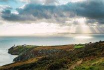 Vista pittoresca di costa rocciosa ricoperta di erba. — Foto stock