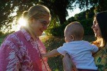 Вид сбоку матери с ребенком в парке — стоковое фото