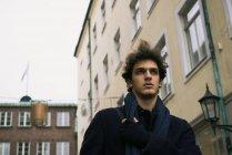 Vista ad alto angolo del giovane che cammina sulla strada — Foto stock