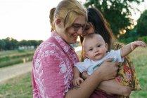 Мило дитини на руках пару лесбіянок — стокове фото