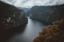 Paysage de rivière en streaming entre deux montagnes, sur fond de cloudscape — Photo de stock