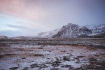 Paisaje de valle congelado silencio en montañas rocosas - foto de stock
