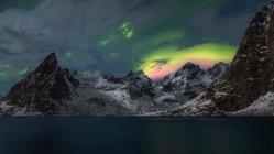 Vue panoramique au lac de la montagne sous ciel coloré de lumière polaire. — Photo de stock