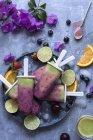 Склад фрукти льстец фруктове морозиво і шматочками фруктів — стокове фото