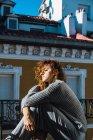 Vista lateral de mujer morena posando en balcón - foto de stock