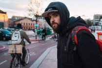 Ritratto di uomo barbuto che dava sulla strada alla scena della via — Foto stock