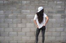 Вид сзади на девушку-брюнетку, позирующую на улице — стоковое фото
